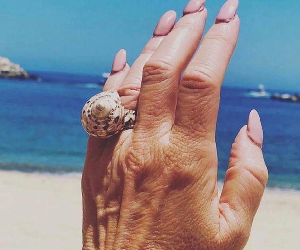 Cô gái hào hứng khoe được cầu hôn bằng nhẫn kim cương nhưng món đồ lấp lánh hơn 50 triệu lại bị lu mờ bởi chi tiết nhỏ xíu này - Ảnh 3.
