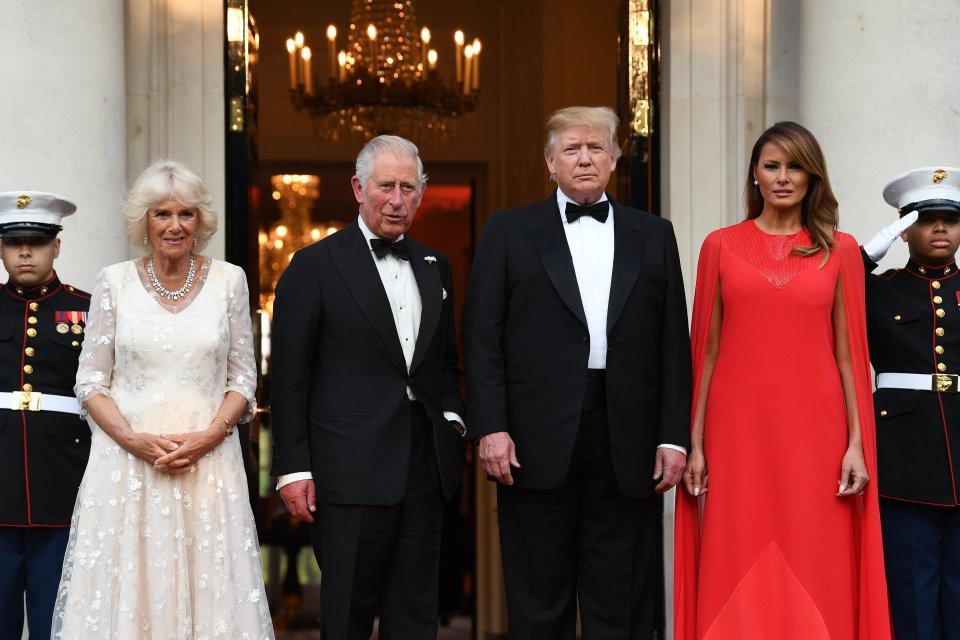 Bà Melania Trump diện đầm 166 triệu đồng, tỏa sáng cả một góc trời nhưng chỉ khiến người ta liên tưởng tới Công nương Meghan - Ảnh 2.