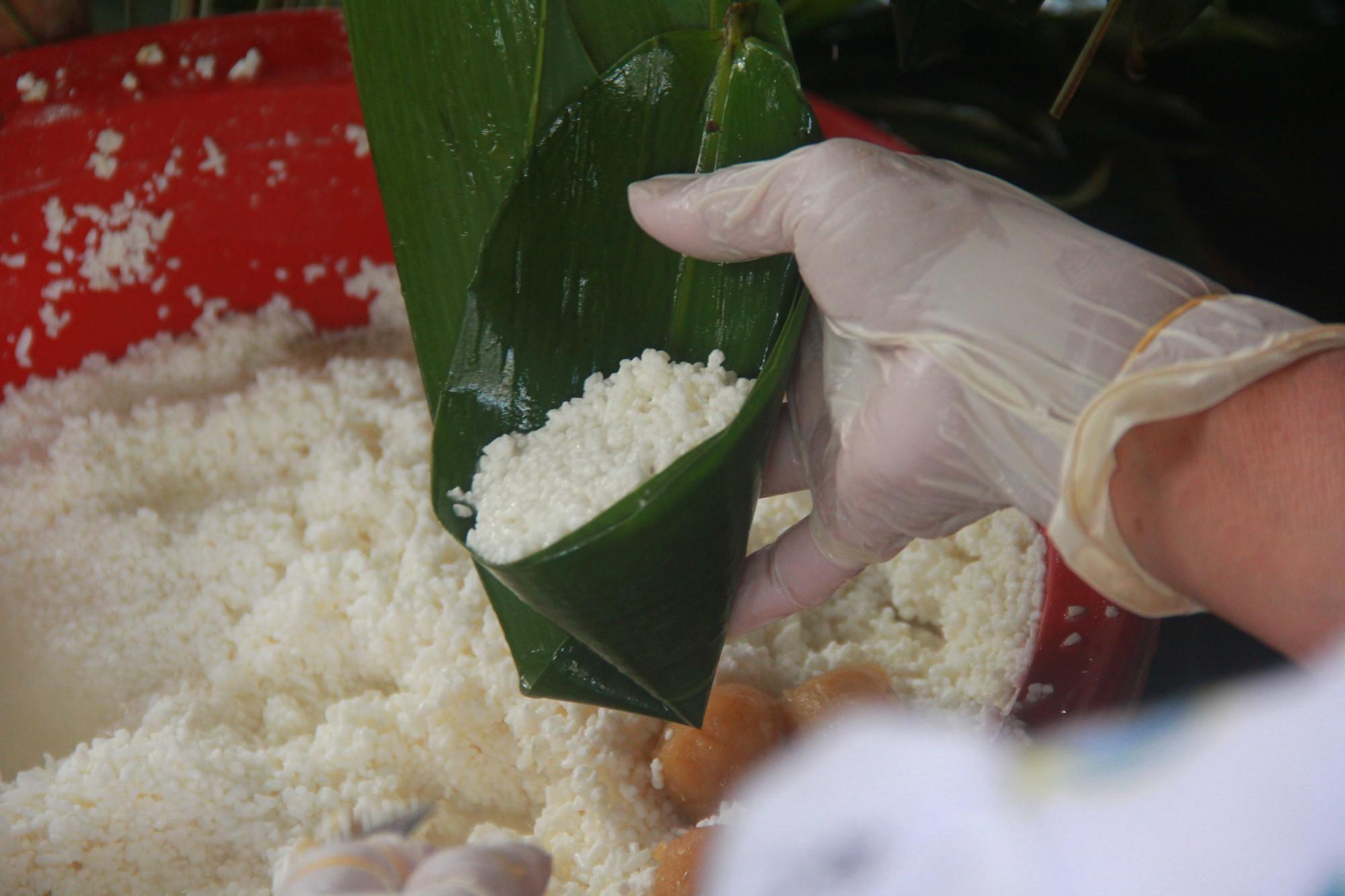 Xóm bánh ú tro nửa thế kỷ lừng danh ở Sài Gòn, đỏ lửa 5 ngày đêm để nấu bánh dịp Tết Đoan Ngọ - Ảnh 8