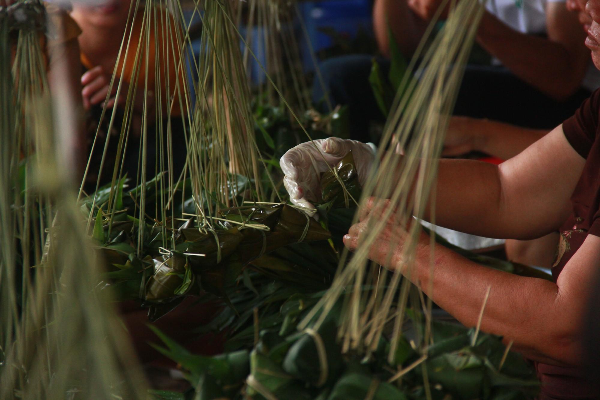 Xóm bánh ú tro nửa thế kỷ lừng danh ở Sài Gòn, đỏ lửa 5 ngày đêm để nấu bánh dịp Tết Đoan Ngọ - Ảnh 4