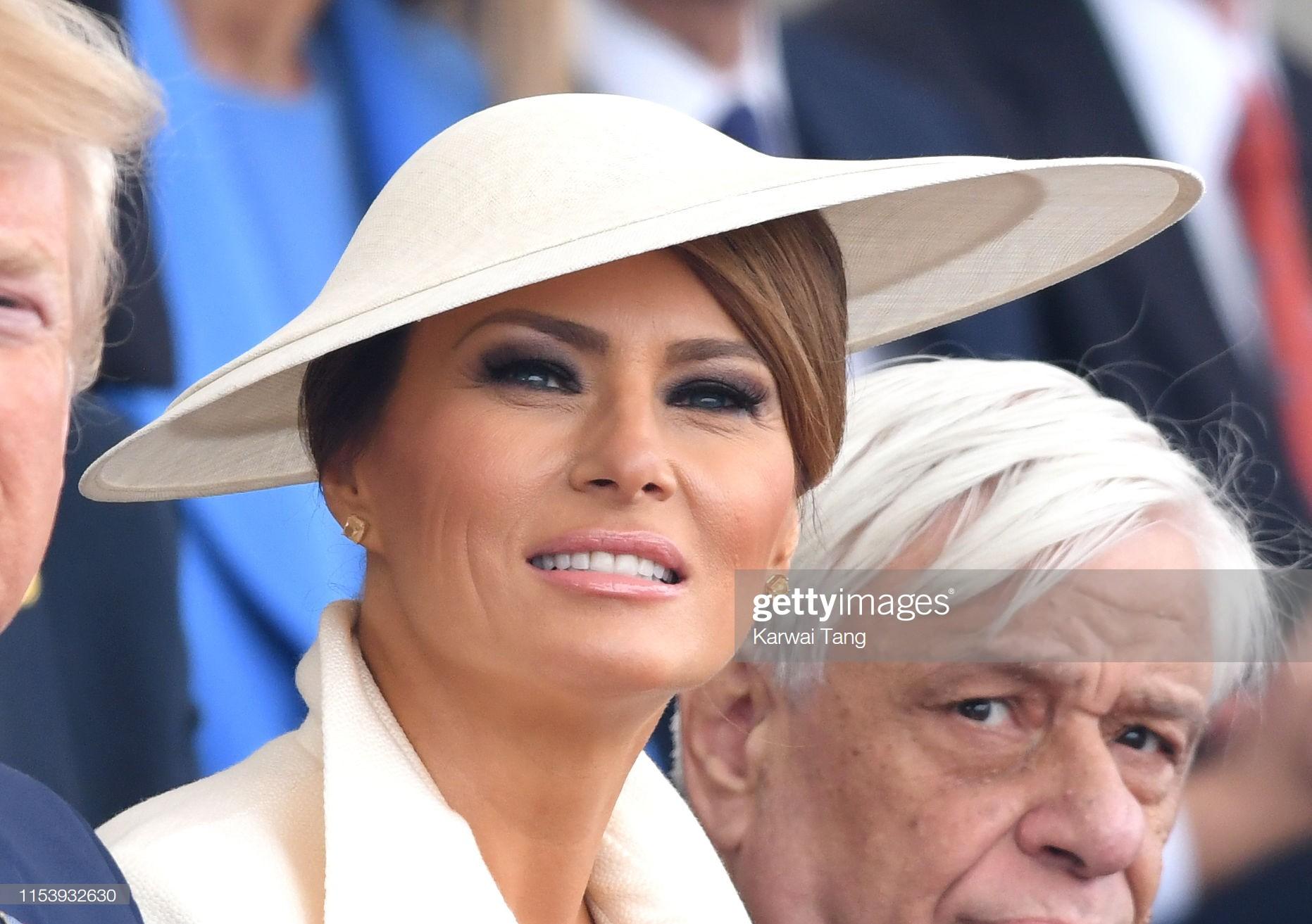 """Vừa được khen mặc đẹp, bà Melania Trump lại tụt điểm thời trang vì chiếc """"mũ phi thuyền""""  - Ảnh 5."""