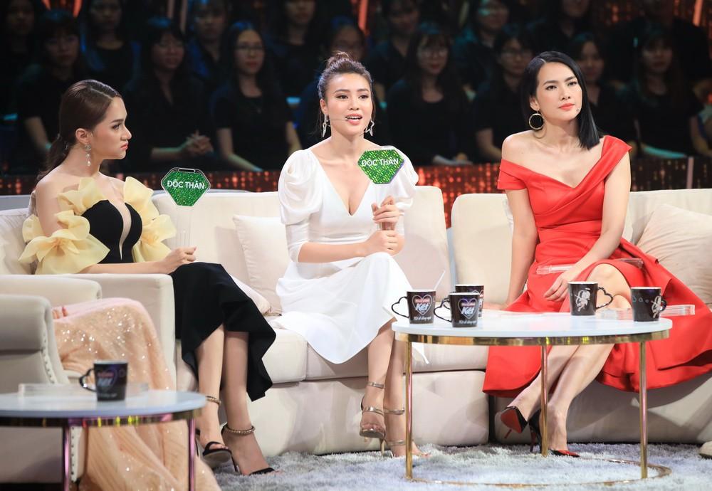 """""""Người ấy là ai?"""": Ngã ngửa với tình huống Hương Giang mặc váy quên xỏ ống tay, khi phát hiện vẫn vô tư chỉnh lại trên truyền hình - Ảnh 5."""