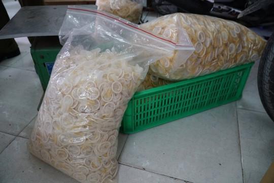 Ớn lạnh với hàng đống bao cao su giả ở TP HCM - Ảnh 1.