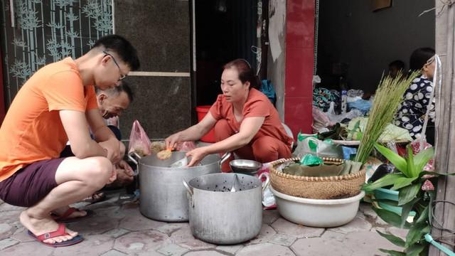 Đổ xô đi bán rượu nếp Tết Đoan Ngọ, ai cũng lãi 'khủng' - Ảnh 2.