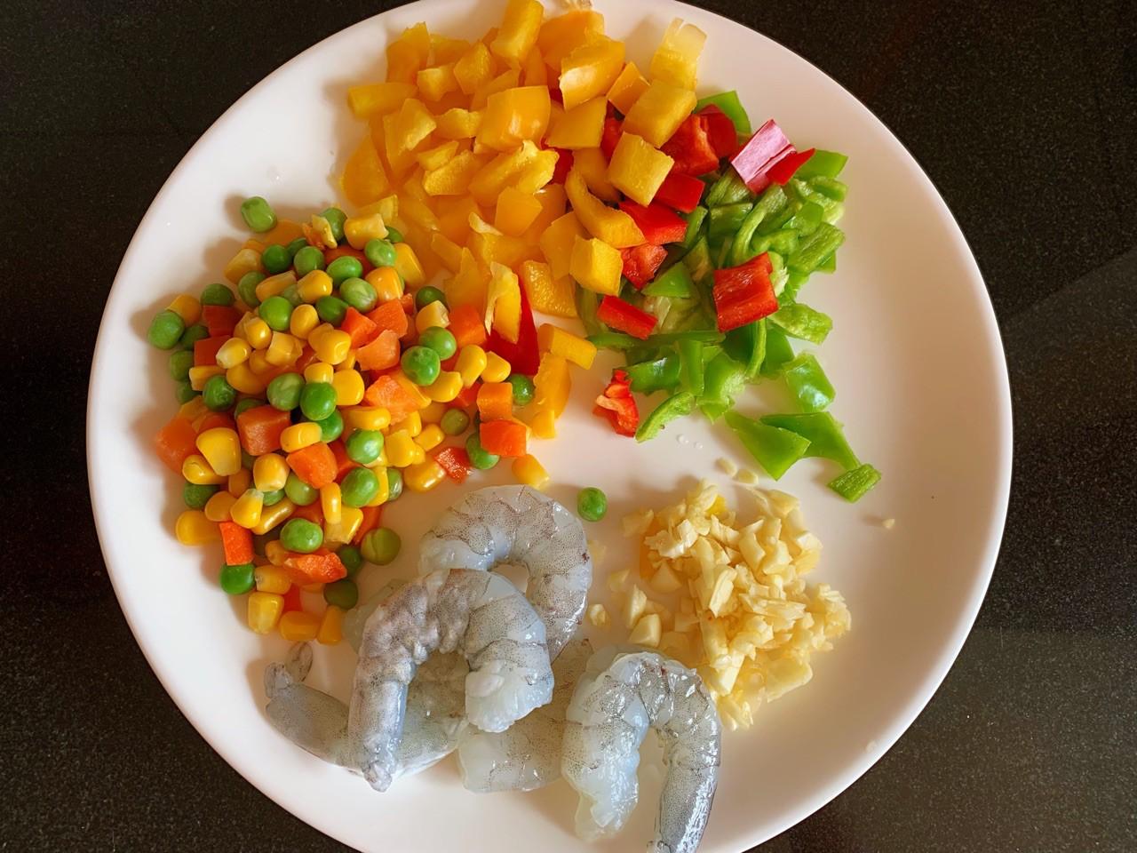 Tôm xào rau củ lạ miệng cho cơm tối cuối tuần - Ảnh 1.