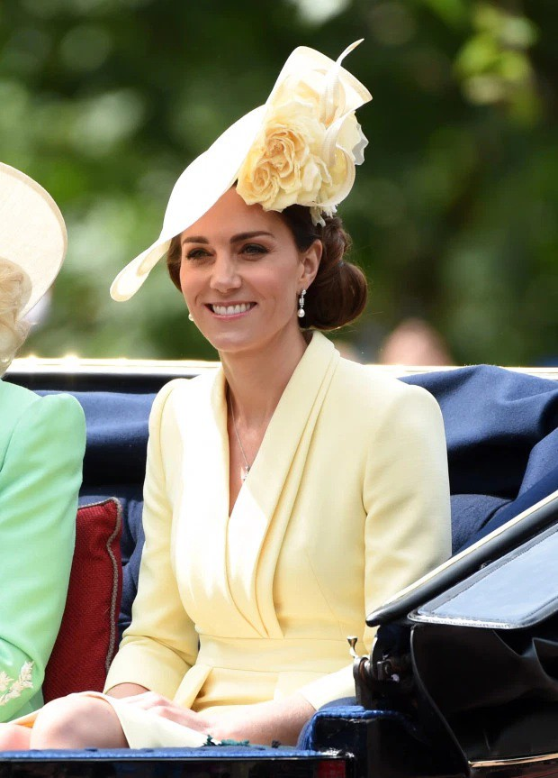 Từng bị chê thậm tệ vì lấn lướt cả Công nương Diana và Kate Middleton, giờ đây Meghan Markle đã khiêm tốn sửa lỗi sai trang phục - Ảnh 9.