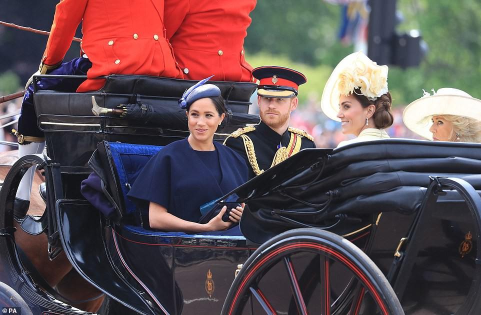 Từng bị chê thậm tệ vì lấn lướt cả Công nương Diana và Kate Middleton, giờ đây Meghan Markle đã khiêm tốn sửa lỗi sai trang phục - Ảnh 3.