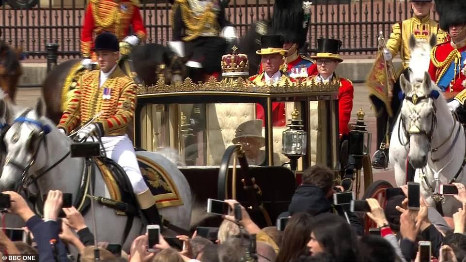 Từng bị chê thậm tệ vì lấn lướt cả Công nương Diana và Kate Middleton, giờ đây Meghan Markle đã khiêm tốn sửa lỗi sai trang phục - Ảnh 4.