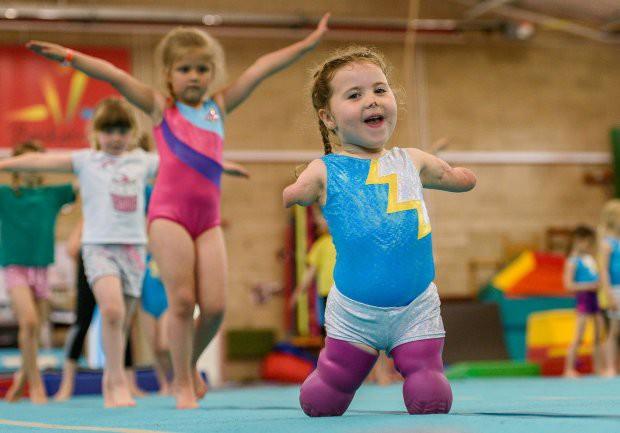 Bé gái 5 tuổi mất cả tứ chi vì viêm màng não tự tin tập môn thể thao mà người đủ tay chân cũng e ngại - Ảnh 5.