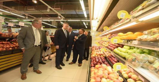 Đại sứ Hoa Kỳ hào hứng trải nghiệm siêu thị VinMart  - Ảnh 1.