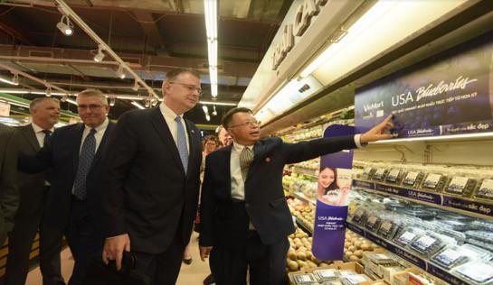 Đại sứ Hoa Kỳ hào hứng trải nghiệm siêu thị VinMart  - Ảnh 2.