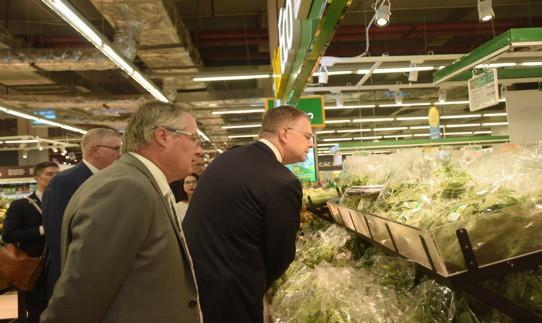 Đại sứ Hoa Kỳ hào hứng trải nghiệm siêu thị VinMart  - Ảnh 3.
