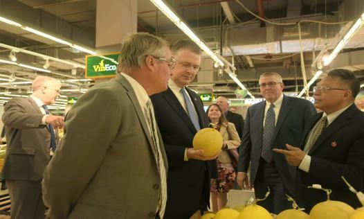 Đại sứ Hoa Kỳ hào hứng trải nghiệm siêu thị VinMart  - Ảnh 4.