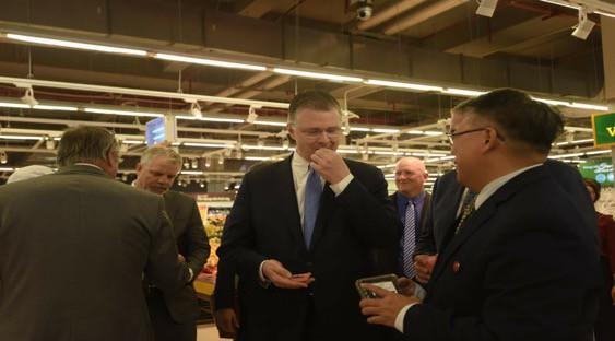 Đại sứ Hoa Kỳ hào hứng trải nghiệm siêu thị VinMart  - Ảnh 7.