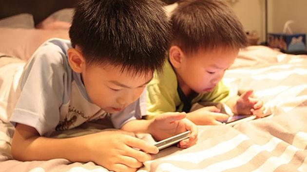 Sử dụng điện thoại như một vú em, cha mẹ không hay biết tác hại khủng khiếp với con mình - Ảnh 2.