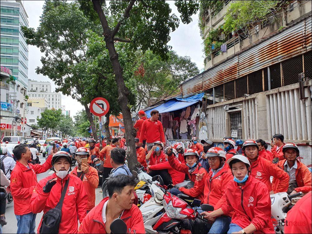 Tài xế Go-Viet tắt ứng dụng, biểu tình, kéo đến trụ sở công ty ở TP.HCM - Ảnh 1.