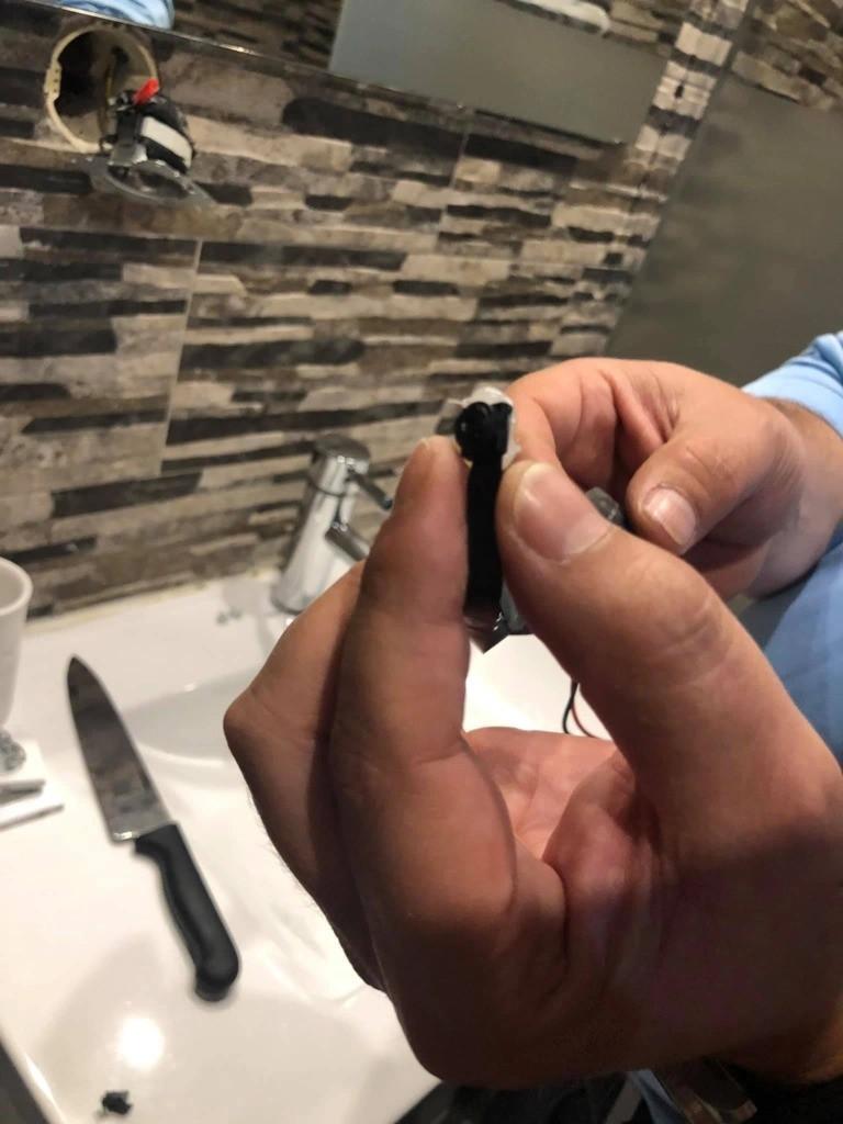 Nữ du khách phát hiện camera quay lén trong nhà tắm phòng cho thuê, cảnh sát nhận tin báo nhưng có phản ứng đáng ngờ cùng chủ nhà - Ảnh 3.
