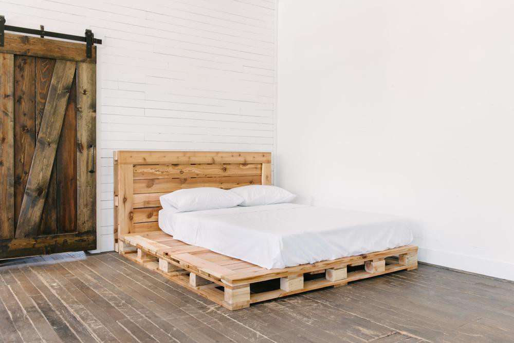 Queen_Pallet_Bed_with_cstudiohome_com_bedding_jpg_1000x