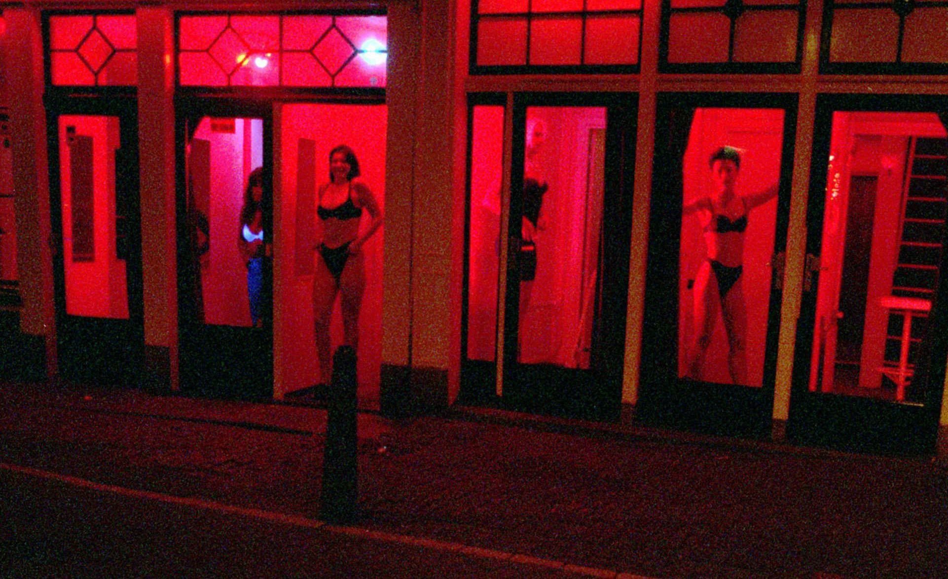 Phố đèn đỏ nổi tiếng nhất thế giới: 2 cô đào từng phục vụ hơn 300 ngàn đàn ông và bí mật luôn gây tò mò ẩn sau mỗi ô cửa màu đỏ quyến rũ - Ảnh 14.