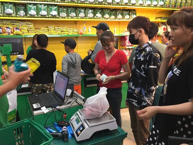 Nửa thị trấn ở Long An đi chợ Bách Hóa Xanh mỗi ngày - Ảnh 1.