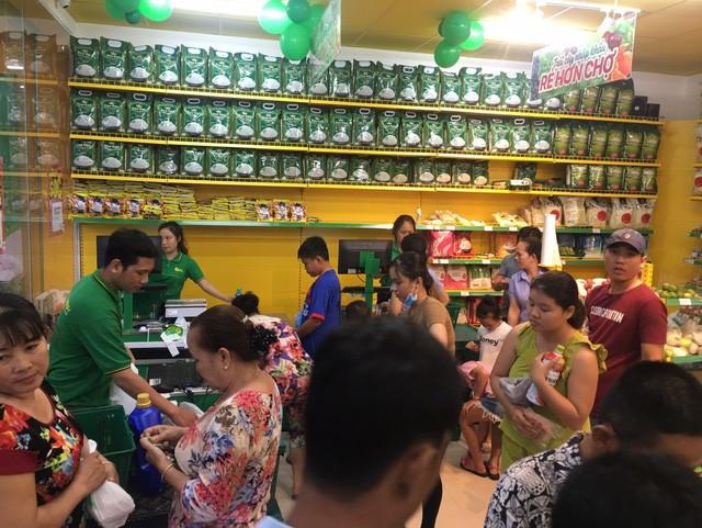 Nửa thị trấn ở Long An đi chợ Bách Hóa Xanh mỗi ngày - Ảnh 2.