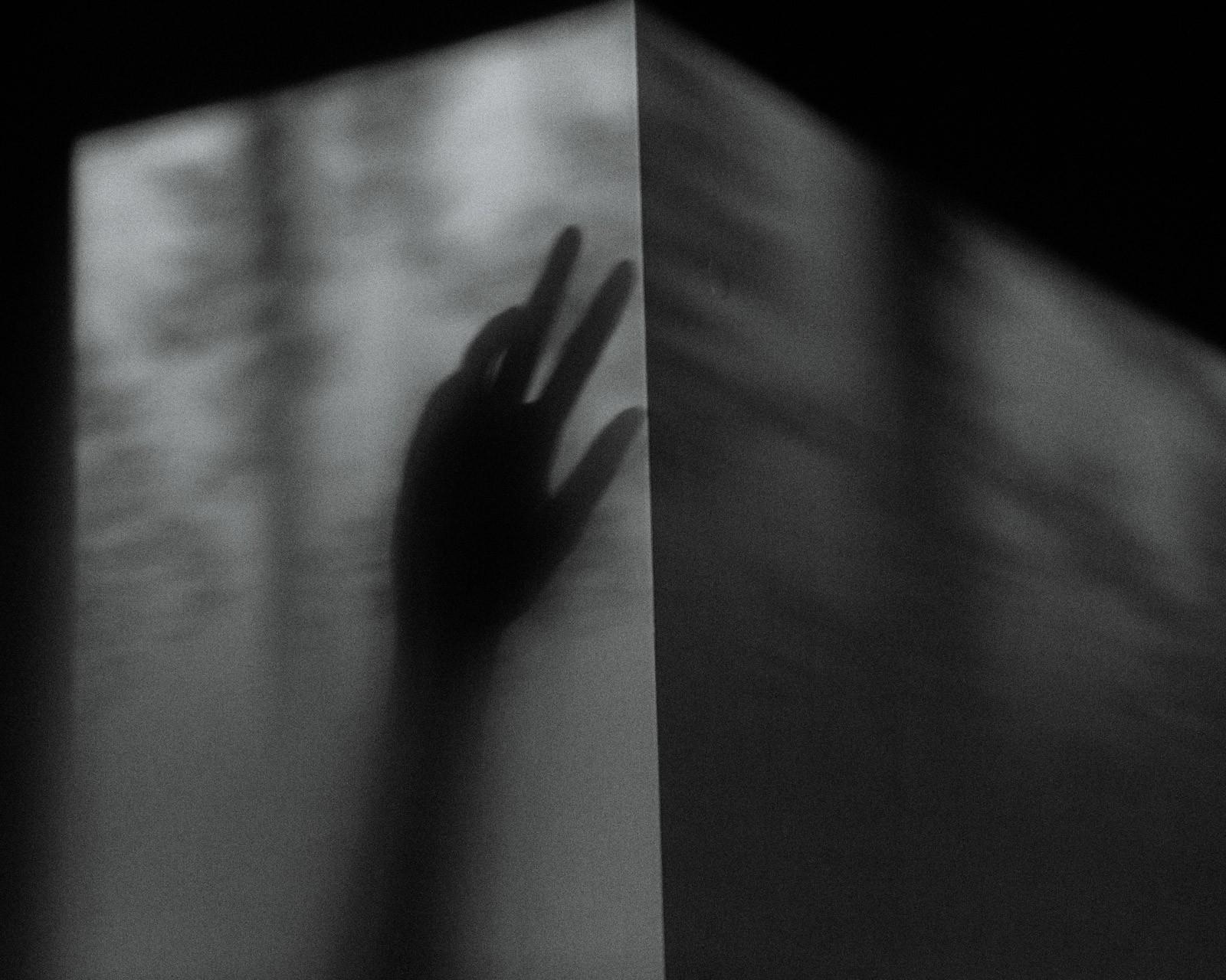 Nữ y tá bị cưỡng hiếp: Vỡ vụn vì bị cưỡng bức, tôi đã cầm đến chiếc máy ảnh - Ảnh 1.