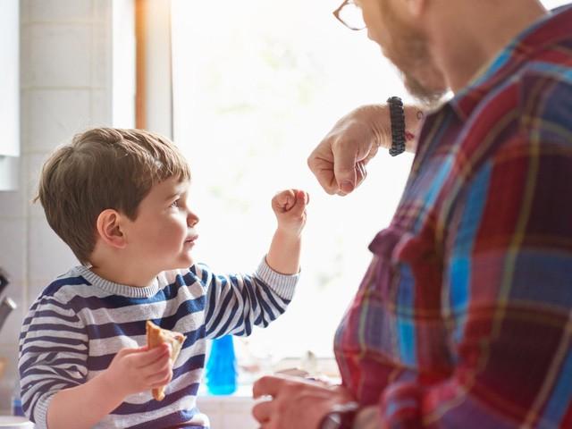 Một tác giả dành nhiều năm nghiên cứu về các triệu phú đã chỉ ra 10 cách giúp nuôi dạy con bạn trở thành người giàu có: Cha mẹ nào cũng cần phải thử - Ảnh 1.