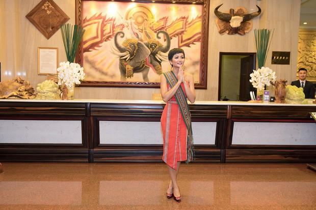 Hoa hậu nào cũng đua tranh váy áo đẳng cấp, riêng HHen Niê lại tôn vinh cội rễ bản thân bằng thời trang - Ảnh 11.