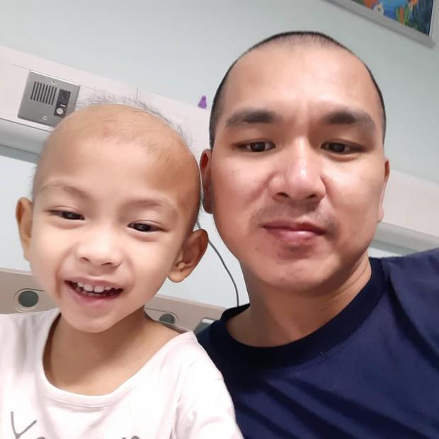 Ông bố cạo đầu để cùng con 3 tuổi chiến đấu ung thư: Bố phải làm sao để con trở lại, chạy theo chơi bóng với bố mỗi ngày... - Ảnh 6.