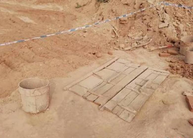 Mất tích nhiều ngày, thi thể bé gái được tìm thấy trong giếng khô, tiết lộ cuộc đời đau khổ của đứa trẻ trước khi bị bố dượng chôn sống - Ảnh 2.