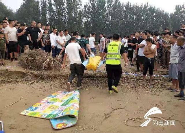 Tai nạn đuối nước thương tâm, 2 đứa trẻ trượt chân té sông, 3 người lớn nhảy xuống cứu nhưng kết quả trục vớt được 1 thi thể - Ảnh 2.