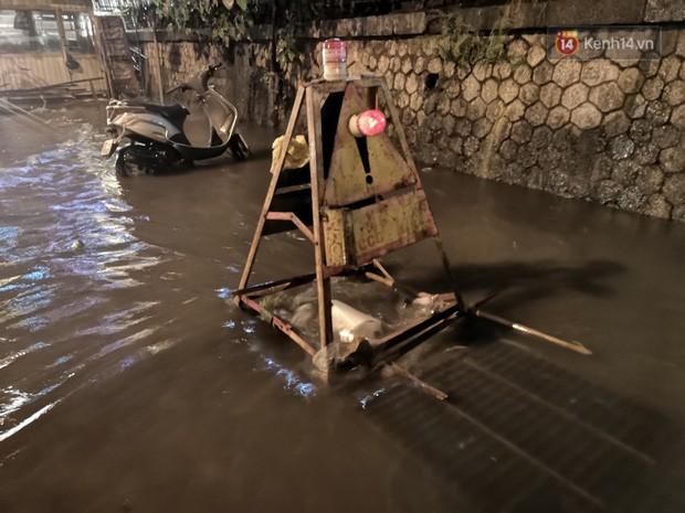 Phố Phùng Hưng ngập nặng phải dựng rào chắn ngăn phương tiện - Ảnh 12.