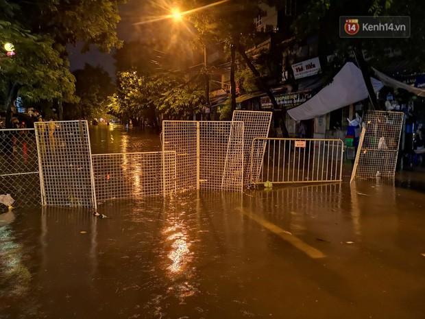 Phố Phùng Hưng ngập nặng phải dựng rào chắn ngăn phương tiện - Ảnh 3.
