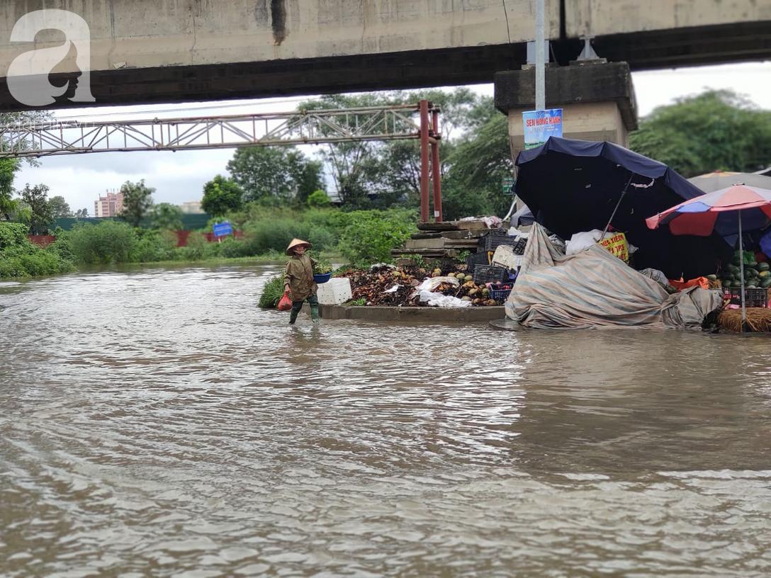 Hà Nội: Ngập úng xảy ra khắp nơi, người dân bì bõm lội nước, dịch vụ sửa xe lưu động kiếm tiền triệu sau bão số 3 - Ảnh 8.