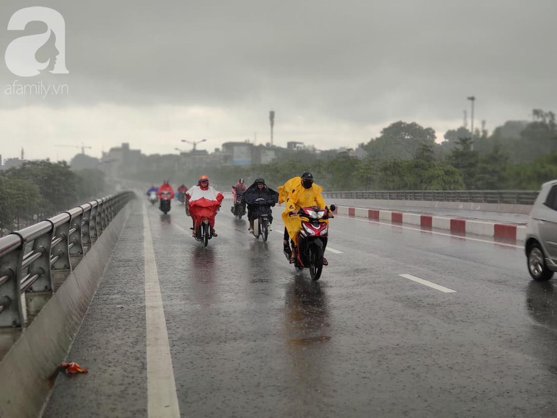 Hà Nội: Ngập úng xảy ra khắp nơi, người dân bì bõm lội nước, dịch vụ sửa xe lưu động kiếm tiền triệu sau bão số 3 - Ảnh 10.