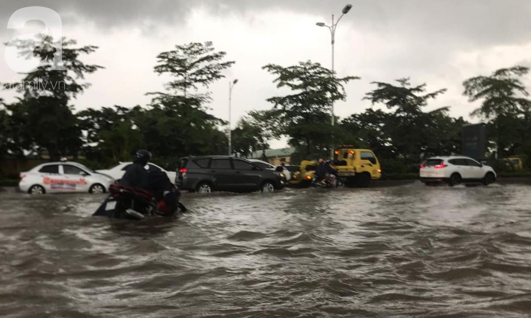 Hà Nội: Ngập úng xảy ra khắp nơi, người dân bì bõm lội nước, dịch vụ sửa xe lưu động kiếm tiền triệu sau bão số 3 - Ảnh 4.