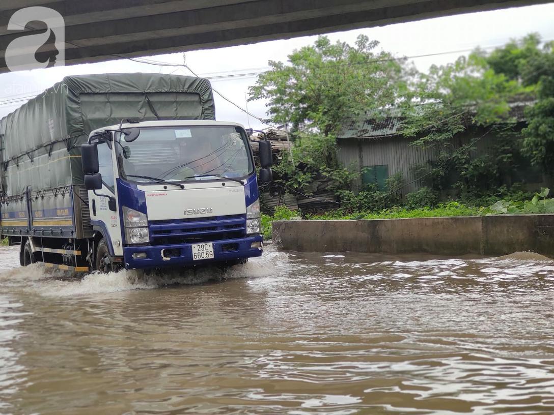 Hà Nội: Ngập úng xảy ra khắp nơi, người dân bì bõm lội nước, dịch vụ sửa xe lưu động kiếm tiền triệu sau bão số 3 - Ảnh 13.