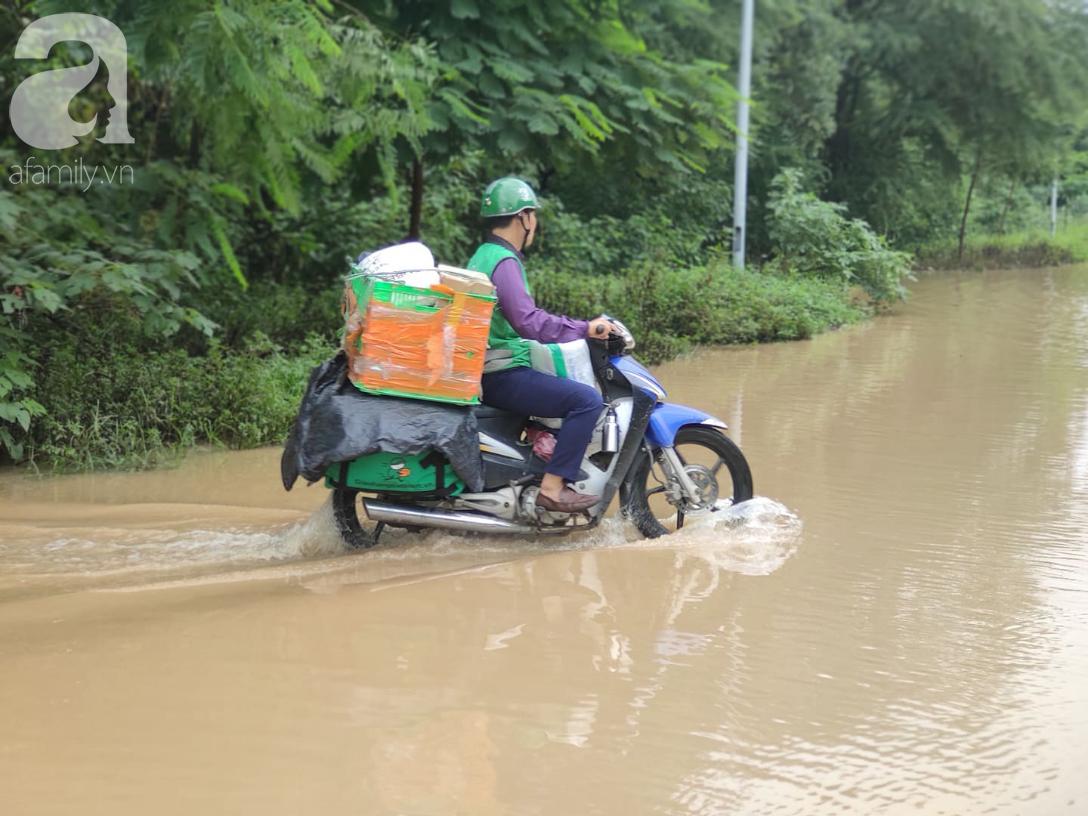Hà Nội: Ngập úng xảy ra khắp nơi, người dân bì bõm lội nước, dịch vụ sửa xe lưu động kiếm tiền triệu sau bão số 3 - Ảnh 15.