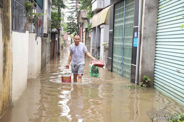 Cảnh khó tin của hàng trăm hộ dân Hà Nội sau 3 ngày mưa bão - Ảnh 16.