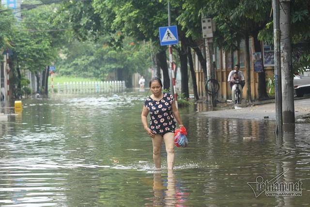 Cảnh khó tin của hàng trăm hộ dân Hà Nội sau 3 ngày mưa bão - Ảnh 17.