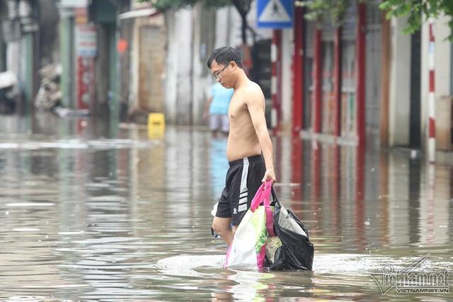 Cảnh khó tin của hàng trăm hộ dân Hà Nội sau 3 ngày mưa bão - Ảnh 19.