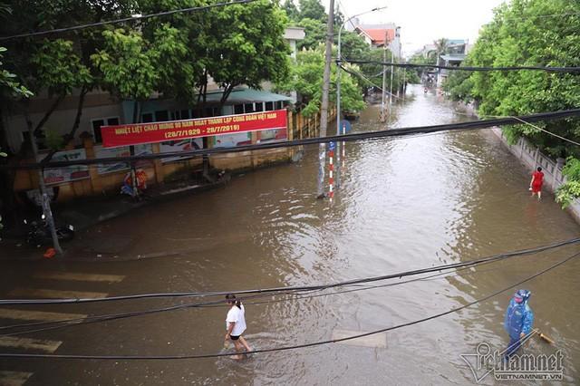 Cảnh khó tin của hàng trăm hộ dân Hà Nội sau 3 ngày mưa bão - Ảnh 24.