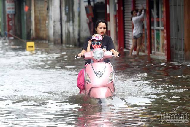 Cảnh khó tin của hàng trăm hộ dân Hà Nội sau 3 ngày mưa bão - Ảnh 6.