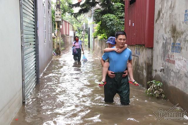 Cảnh khó tin của hàng trăm hộ dân Hà Nội sau 3 ngày mưa bão - Ảnh 8.