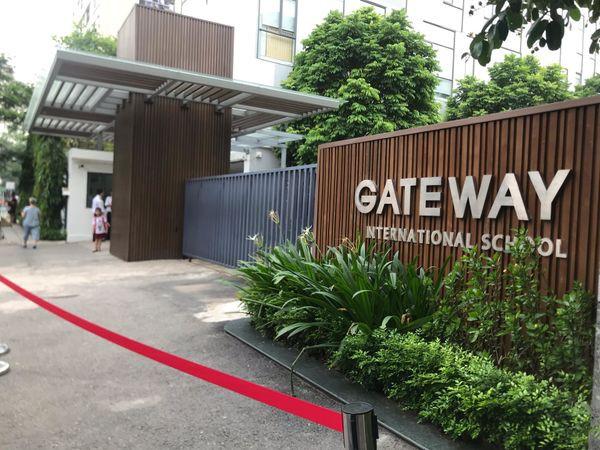 Vụ bé trai 6 tuổi tử vong vì bị bỏ quên trên xe đưa đón trường Gateway: Tài xế ngồi uống nước ở cổng ký túc xá hồi lâu mới vào lấy xe - Ảnh 1.
