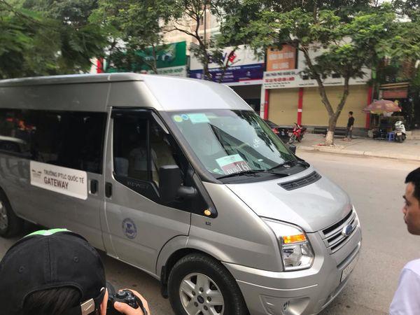 Vụ bé trai 6 tuổi tử vong vì bị bỏ quên trên xe đưa đón trường Gateway: Tài xế ngồi uống nước ở cổng ký túc xá hồi lâu mới vào lấy xe - Ảnh 2.