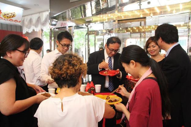 Người Nhật thích thú với trải nghiệm ẩm thực mới lạ từ tương ớt CHIN-SU - Ảnh 3.