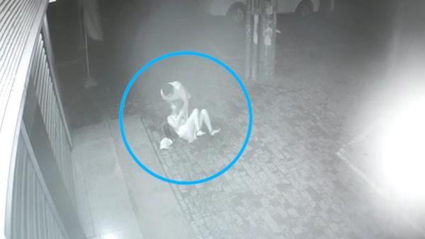 Hoảng sợ với đoạn clip người phụ nữ không những bị cướp giữa đêm mà còn bị đánh đập dã man - Ảnh 1.