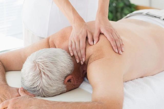 Cụ ông 73 tuổi đột quỵ sau khi mát xa: 4 đối tượng cần tránh thư giãn theo cách này kẻo tử vong cực nhanh - Ảnh 1.