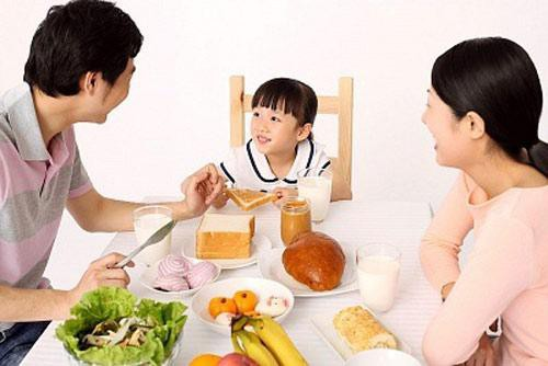 Bác sĩ dinh dưỡng chỉ ra 2 cách chuẩn bị bữa sáng lành mạnh, cân bằng cho trẻ - Ảnh 2.
